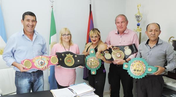 Locomotora Oliveras exhibió todos sus cinturones en la visita realizada al presidente del Instituto del deporte Chaqueño, Juan Carlos Argüello.