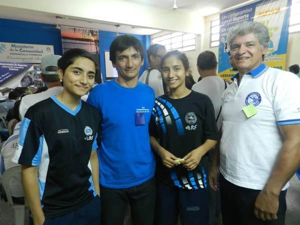 Carlos Acosta y Alcides Solís, junto a Aylén y Milagros Acosta