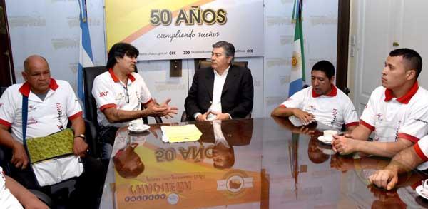 Los representantes de Sol Naciente junto al presidente de Lotería Chaqueña, Antonio Morante.