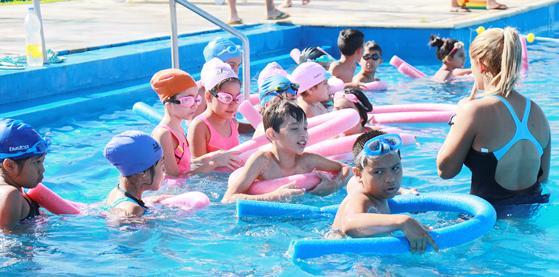 Los chicos disfrutando del natatorio