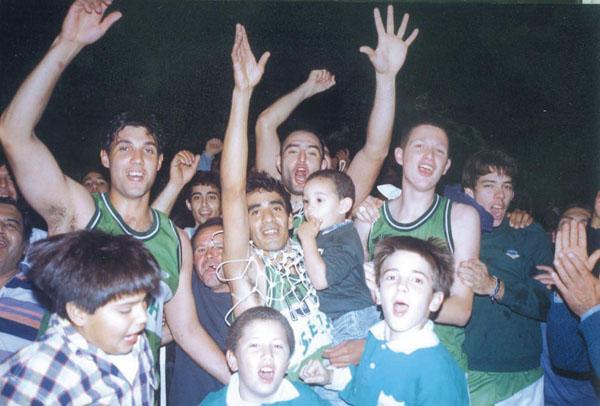 Hindú Club festejando el Pronea 1998. Foto Archivo NORTE