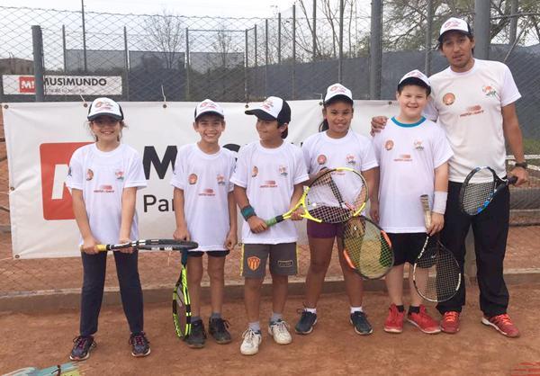 Los chicos que viajan del tenis del sub 10 viajan a El Trebol, Santa Fe.
