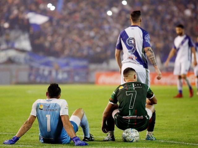 La particular protesta de los jugadores de San Jorge sentados en el campo de juego en clara disconformidad con los fallos del árbitro Franklin.
