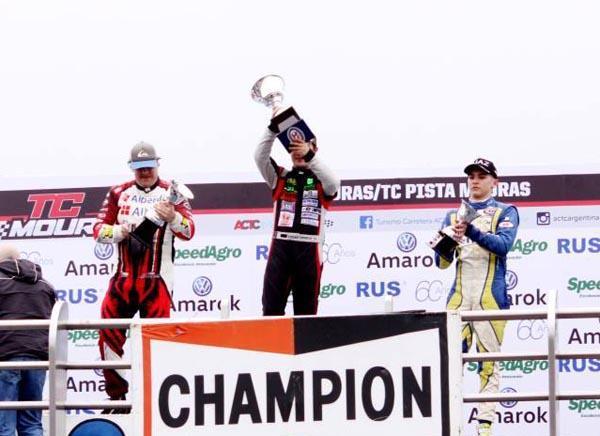 Podio de TC Pista Moauras. A la derecha tercero, Lucas Carabajal