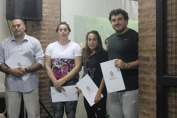 Rocío Comba en el centro, una de las atletas destacadas de la última jornada del atletismo