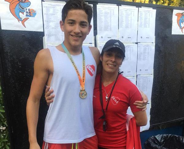 Diego Núñez, junto a su profesora, en el momento de celebrar el valioso logro.