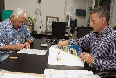 Oscar Brugnoli firmando convenio con Alberto Korovaichuk