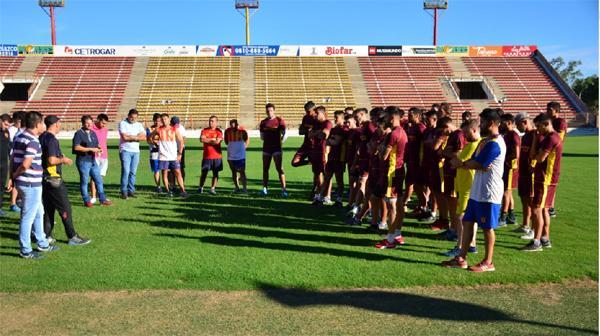 Cuerpo técnico, jugadores y dirigentes en la vuelta al trabajo de Sarmiento