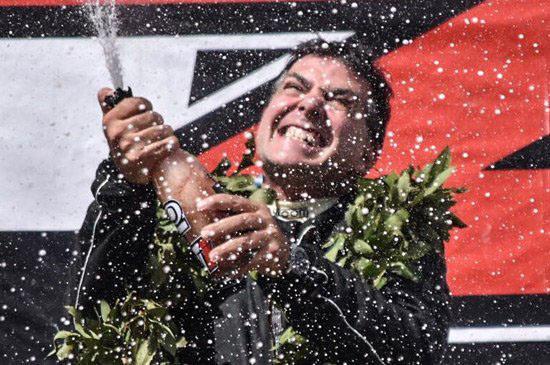 Destapando el champagne en el podio el chaqueño Alejandro Frangioli