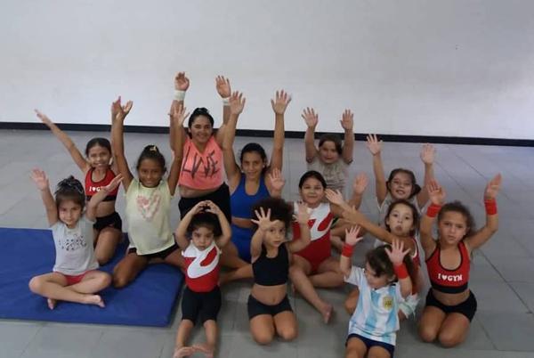 Las niñas en la práctica de la gimnasia artística