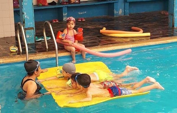 Los chicos haciendo natación
