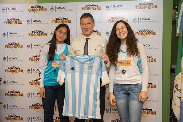 Celeste Peloso y Giuliana Abras con el presidente de Lotería Chaqueña