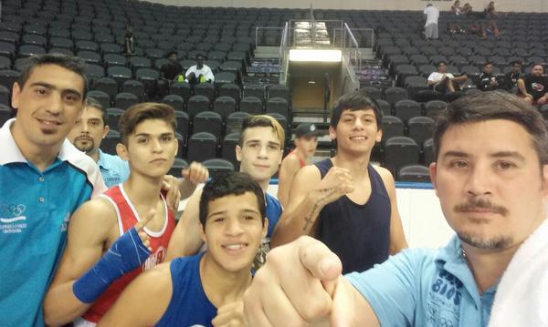 Javier Alavarez en primer plano a la derecha, los boxeadores y entreandores uqe lo acompañan