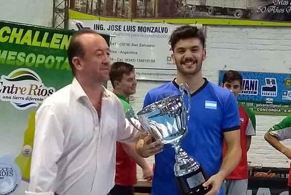 Juan Ignacio Riback con el trofeo de campeón