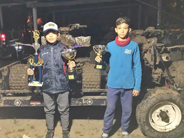 Los hermanos García Marcón con sus trofeos.