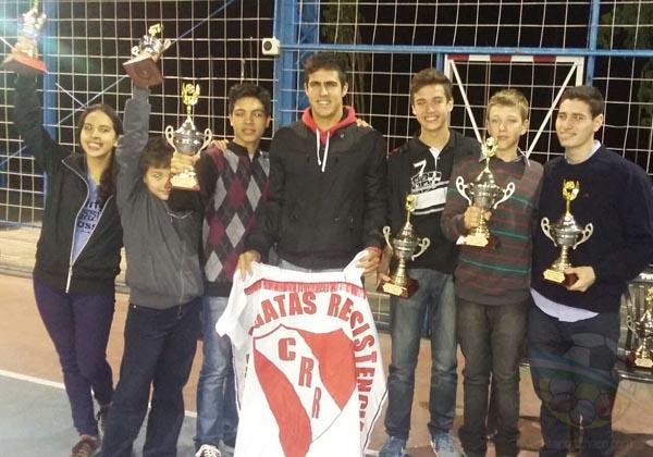 Nadadores de Regatas Resistencia con los trofeos ganados.