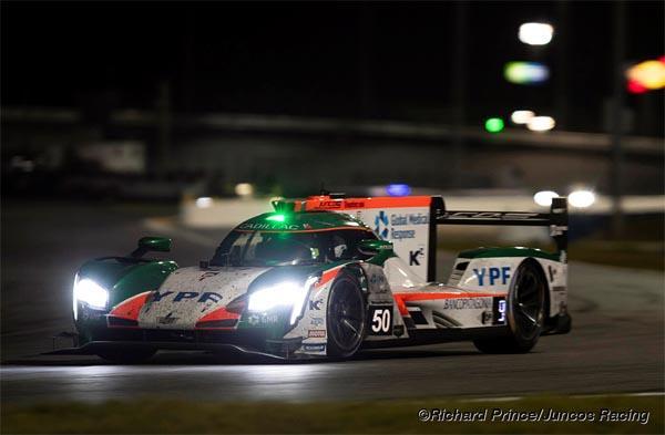 El Cadillac circulando en la noche de Daytona