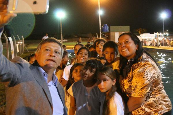 El gobernador Peppo en una Selfie en la Pileta de Enrique Urien
