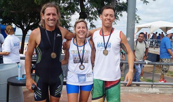 Uno de los equipos de posta: Muchutti Jr., el Presidente de la Federación Argentina de Triatlón Enriuqe Bollana y la Viceintedente de Corrientes Any Pereyra,