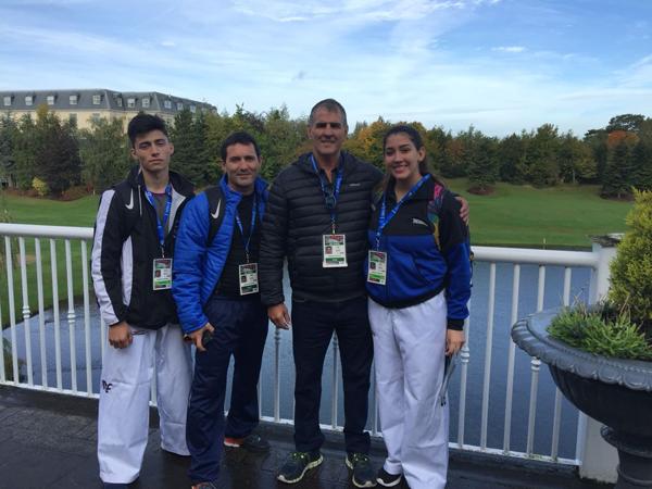Abril Alvarez y Nahuel Barrios con sus entrenadores en Dublin