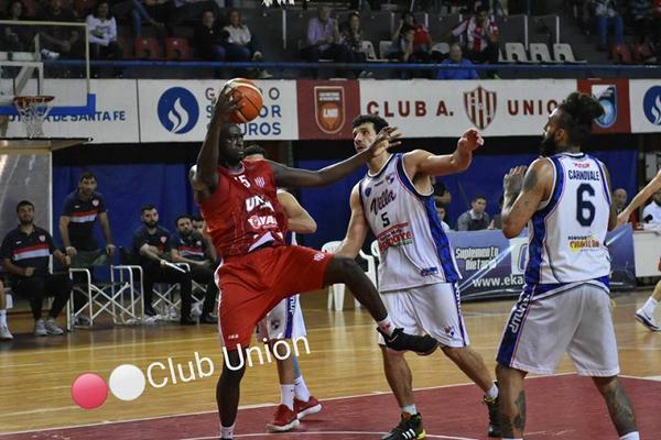 VCambrone y Saavedra en la disputa de la bola. Foto Prensa Unión